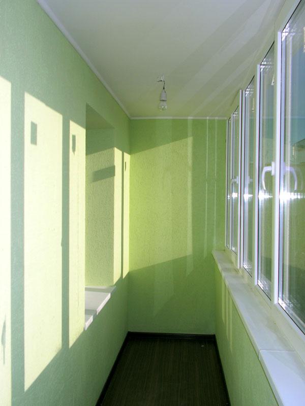 Ремонт на застекленном балконе укладываются листы плитка..