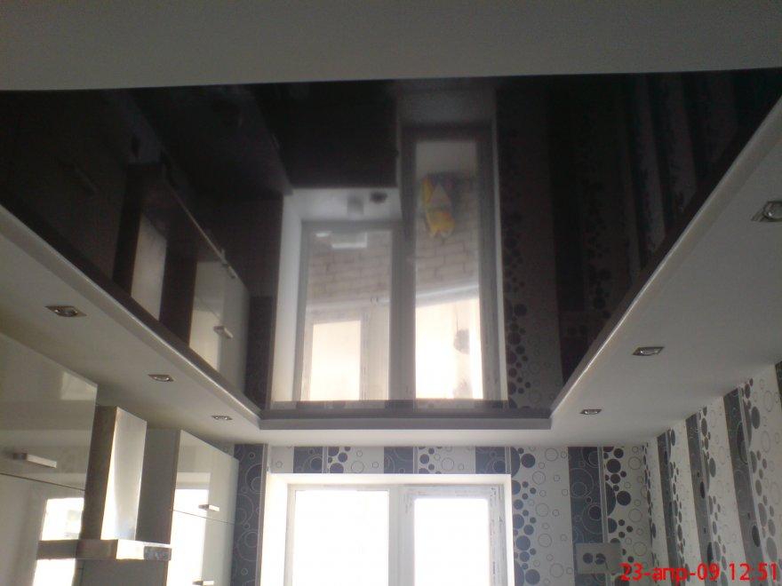 черный глянцевый потолок в ванне фото